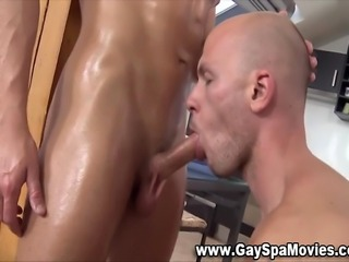 Amateur masseur trades blowjobs with straighty hunk
