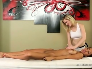 This hot client leaves her masseuse speechless at the sight of her body
