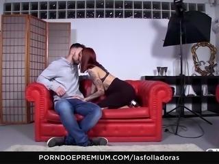 LAS FOLLADORAS - Alternative beauty seduces random guy