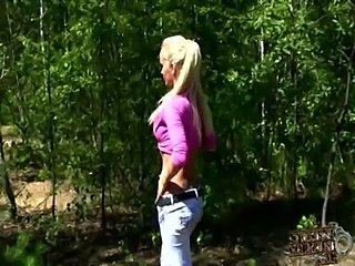Hot amateur girlfriend blows his boyfriend outdoors !!  free